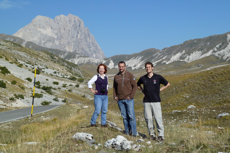 Die Physiker Silke Rajek, Daniel Gehre (TU Dresden) und Jan Tebrügge (v. li.) sind nicht wegen der schönen Landschaft  nahe des Gran Sasso Massivs unterwegs. Sie forschen im weltgrößten Untergrundlabor für Teilchenphysik.